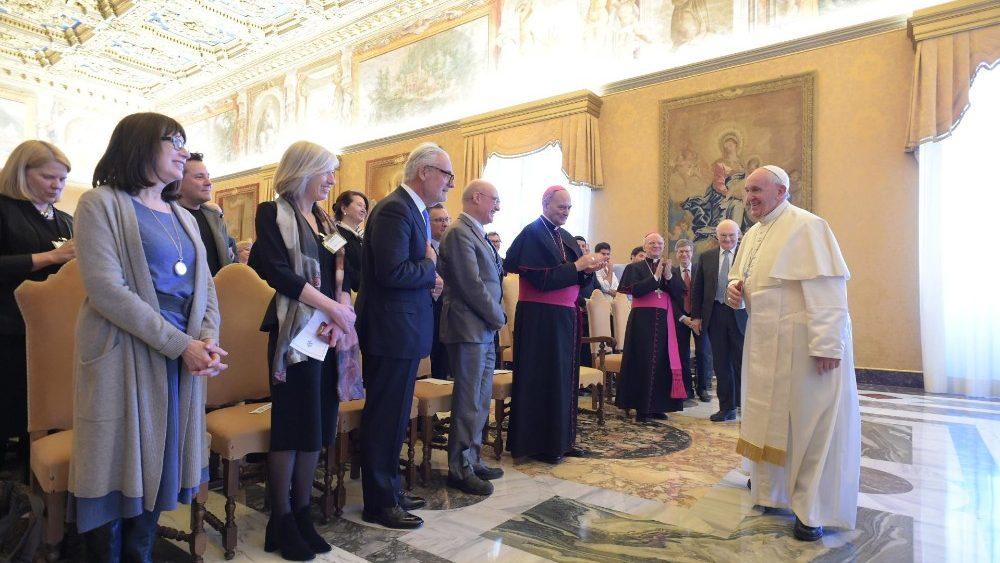 Papa Francisco y maestros del mundo